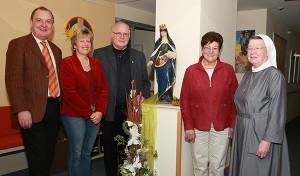 Das Foto zeigt von links: Geschäftsführer Ansgar Erb, Hospizleitung Dagmar Pfeffermann, Ehepaar Erich und Rosi Albinger, Seelsorgerin Sr. Lioba Kaib