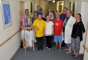 Künster und Verantwortliche haben sich in der Diele vom Hospiz zu einem Gruppenfoto zusammengestellt.