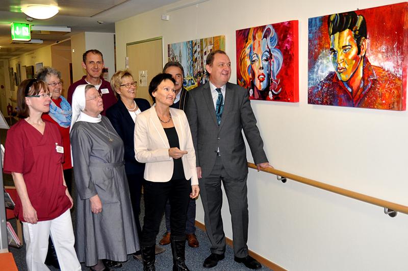 Jugenderinnerungen nennt die Künstlerin Edeltraud Auth (3.v.r.), einen Teil der Bilder, die sie bei der Ausstellungseröffnung (v.l.n.r.) Marlis Schittny, Hiltrud Storch, Sr. Lioba,Ralf Atzert, Dagmar Pfeffermann, Harald Auth und Ansgar Erb erläuterte.