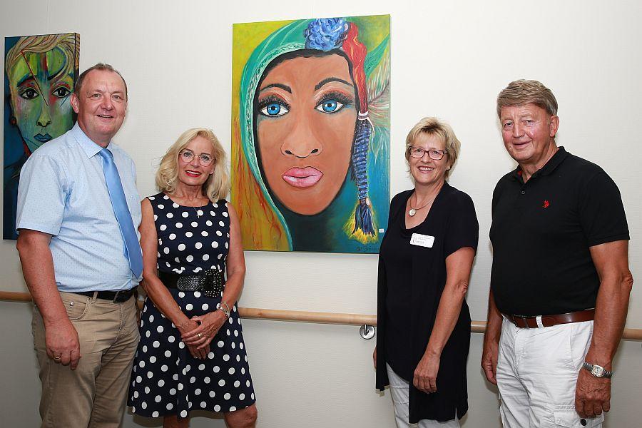 Das Foto zeigt von links: Ansgar Erb, Karin Bräuning, Dagmar Pfeffermann, Karl-Rainer Bräuning (Ehemann der Künstlerin) Foto: Sabrina Diegelmann